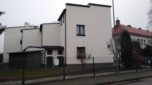 Zdjęcie przedstawia budynek przy ul. Norwida 44 po wykonaniu kompleksowej termomodernizacji.